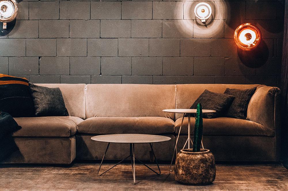 Styl industrialny – salon w fabryce gethome.pl